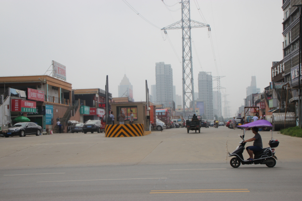 恒迪市场西(左)大门