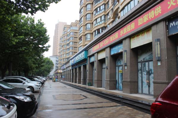 公园世家小区门前的商业街与路边停车位图片